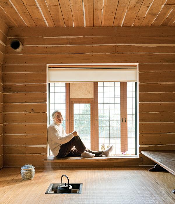 Imagen  el arquitecto Terunobu Fujimori, en una habitación del té